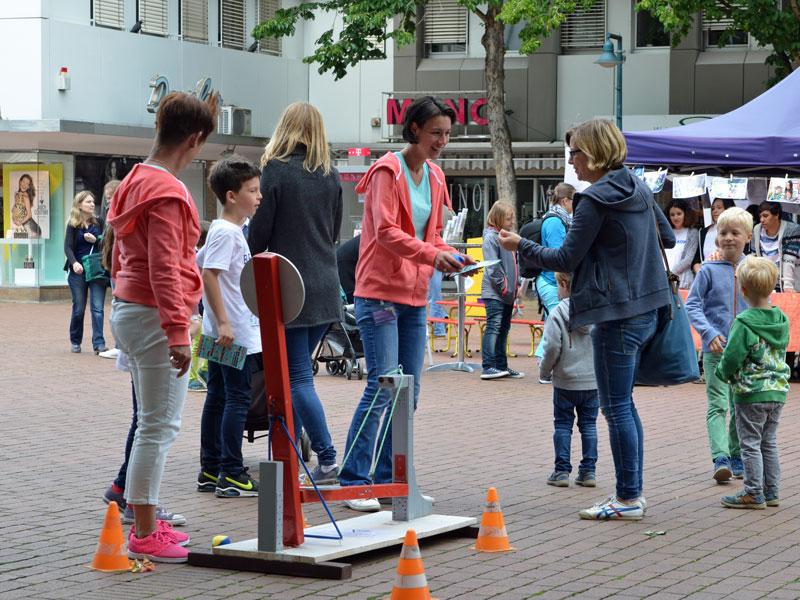 """""""Tag der kleinen Bad Godesberger"""" - Kinder- und Jugendtag am. 7. Juni von 10 bis 17 Uhr. Tanja Wilke und Katja Hergarten mit der Schaumkuss-Wurfmaschine am KannstJa!-Stand auf dem Theaterplatz in Bonn-Bad Godesberg."""